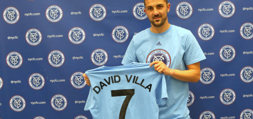 David Villa holding still4